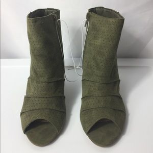 Women Report shoe boot heel color olive size 8.5